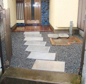 門と玄関をつなぐ平板のアプローチ