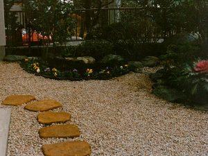 石のアプローチと砂利敷き