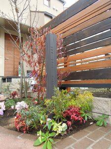 門柱灯とウッドフェンスと植栽