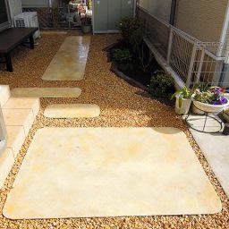 砂利敷きとアプローチと花壇