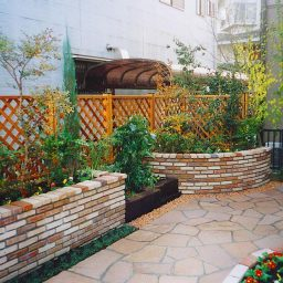 レンガ造りの花壇があるお庭