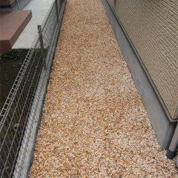 防草シートと砂利敷き