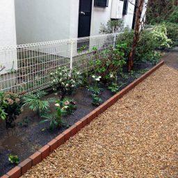 雑草対策(砂利敷き)とレンガ花壇