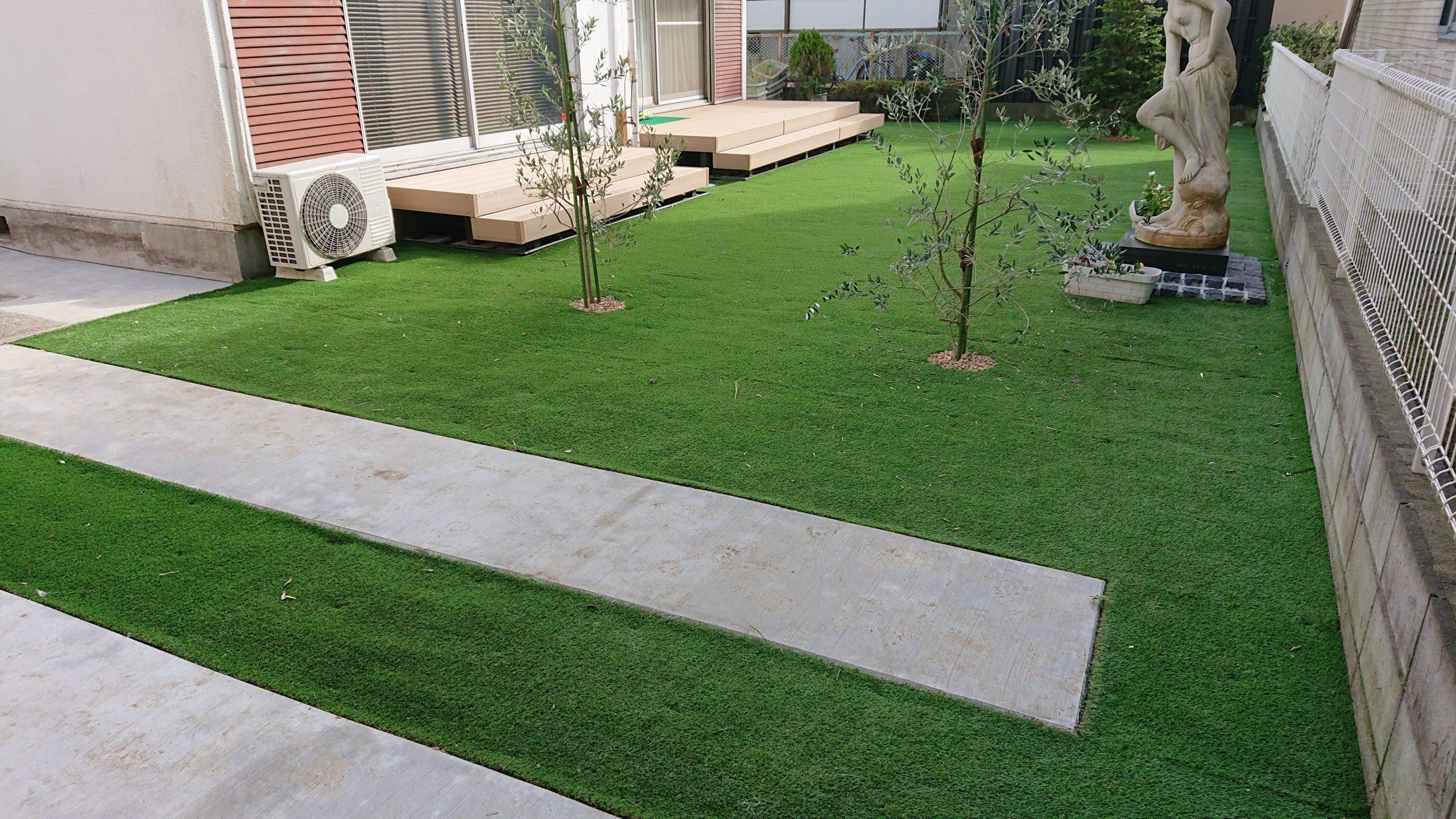人工芝とウッドデッキのお庭